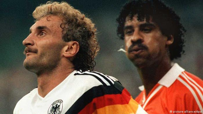 Der Niederländer Frank Rijkaard (r) bespuckt Rudi Völler