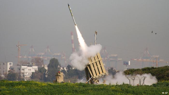 FILE - In this Sunday, March 11, 2012 file photo, a rocket is launched from the Israeli anti-missile system known as Iron Dome in order to intercept a rocket fired by Palestinian militants from the Gaza Strip in Ashdod, Israel. Last year Israel activated the Iron Dome, a first-of-its-kind system that intercepts rockets fired from short distances of up to 70 kilometers (50 miles) and has shot down dozens of rockets launched from the Gaza Strip, including several projectiles fired over the past week. (Foto:Ariel Schalit, file/AP/dapd)