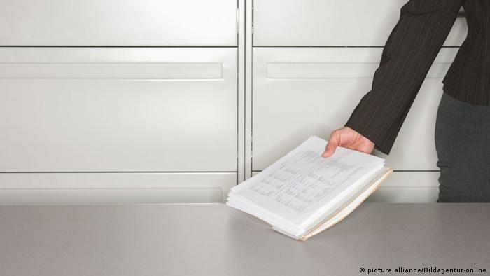 Менеджер держит документы