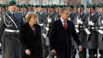 German Chancellor Angela Merkel, left, welcomes the Prime Minister of Poland, Donald Tusk, right, with military honors in front of the chancellery in Berlin, Germany, Wednesday, Nov. 14, 2012. (Foto:Michael Sohn/AP/dapd)