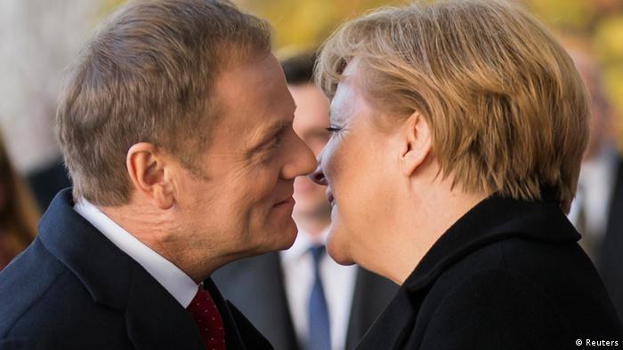 German Chancellor Angela Merkel (R) welcomes Poland's Prime Minister Donald Tusk before joint government talks at the Chancellery in Berlin November 14, 2012. REUTERS/Thomas Peter (GERMANY - Tags: POLITICS TPX IMAGES OF THE DAY)