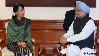 Myanmar's opposition leader Aung San Suu Kyi (L) speaks with Indian Prime Minister Manmohan Singh during their meeting in New Delhi November 14, 2012(Photo: REUTERS/Harish Tyagi/Pool)