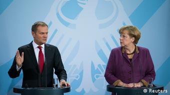 German Chancellor Angela Merkel (R) and Poland's Prime Minister Donald Tusk attend a news conference after joint government talks in Berlin November 14, 2012. REUTERS/Thomas Peter (GERMANY - Tags: POLITICS)