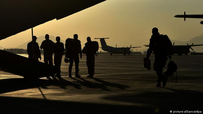 Soldiers at the airport in Kabul (Photo: Oliver Lang/dpa)