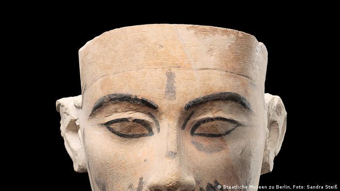 Незаконченая гипсовая модель бюста Нефертити, найденная в ходе раскопок в Египте
