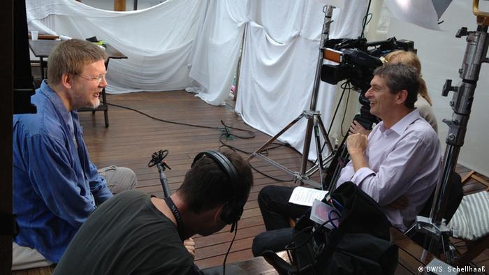 Wotan (Jukka Rasilainen) im Interview mit DW-Regisseur Hans Christoph von Bock, im Hintergrund Blick auf Buenos Aires; Dach des Hotel Panamericano (Buenos Aires), 12.11.2012; Copyright: DW/S. Schellhaaß