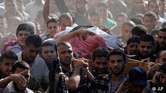 Palestinian mourners carry the body of Hamas' top military commander Ahmed Jabari
