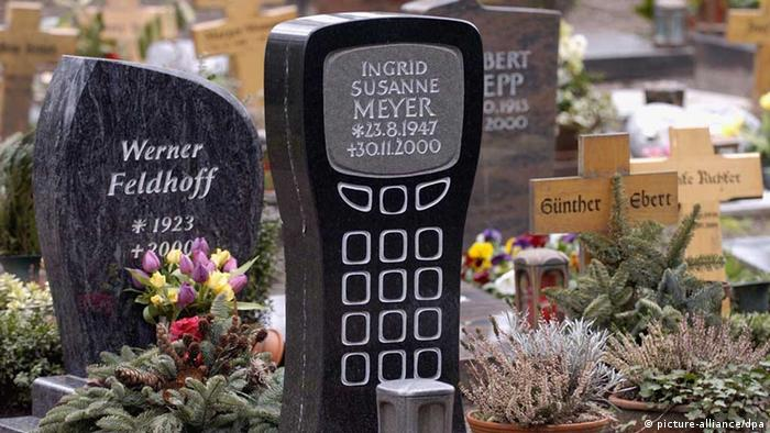 A modern tombstone that looks like a cell phone on a cemetery in Cologne Foto: Federico Gambarini
