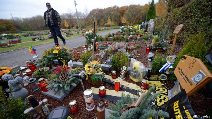 A man walks past the young boy's grave in Dortmund (photo: Bernd Thissen/dpa)