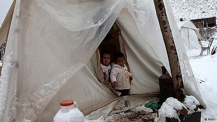 زمستان ۱۳۹۱، دو کودک ماهها پس از زلزله قرهداغ آذربایجان در مردادماه همان سال