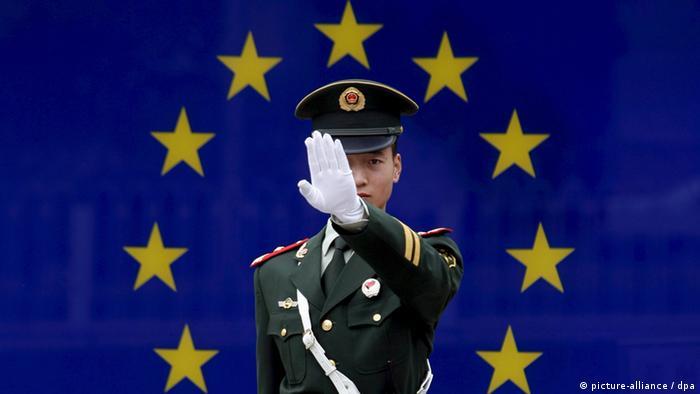 Китайский солдат на фоне флага Евросоюза