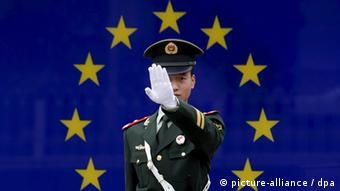 Китайский полицейский на фоне флага ЕС