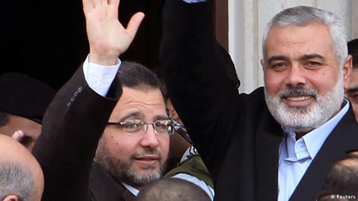 Kandil (L) and Hamas leader Ismail Haniyeh wave during Kandil's visit to Gaza City November 16, 2012. Photo: REUTERS/Ahmed Zakot