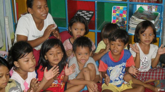 Slum kids in Manggarai larn Indonesian and English (Photo: DW)
