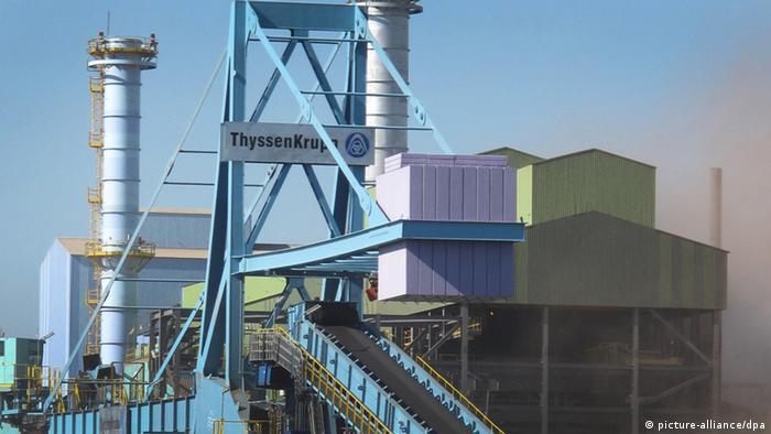 Uma siderúrgica no Brasil com o logotipo ThyssenKrupp