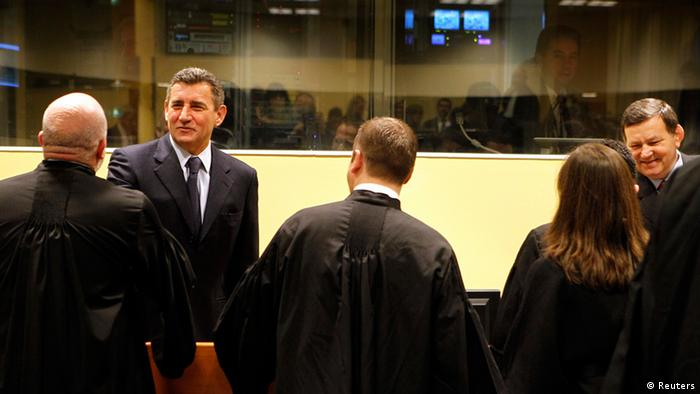 Ante Gotovina (L), who was commander in the Split district of the Croatian army, and Mladen Markac (R), a former Croatian police commander, talk with their lawyers in the courtroom of the Yugoslav war crimes tribunal (ICTY), November 16, 2012. Photo: REUTERS/Bas Czerwinski/Pool