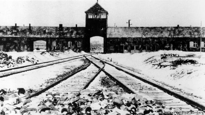 ***ACHTUNG: Nur für diese Bildergalerie verwenden!*** Auschwitz-Birkenau-Tor *** eingestellt im November 2012