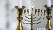 Der traditionelle siebenarmige Leuchter. Er hat viele Bedeutungen, symbolisiert aber vor allem die Erleuchtung. Dieses Exemplar steht auf der Anrichte in Miriam Kleineibsts Wohnung