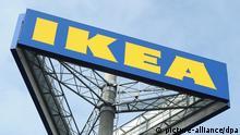 ARCHIV - Das IKEA-Logo vor einem Ikea-Einrichtungshaus in Berlin-Lichenberg, aufgenommen am 8.3.2012. Die Möbelhauskette Ikea stellt am Freitag (16.11.2012) in Berlin eine Studie zur möglichen Verstrickung des Unternehmens in Zwangsarbeit in DDR-Gefängnissen vor. Foto: Jens Kalaene +++(c) dpa - Bildfunk+++