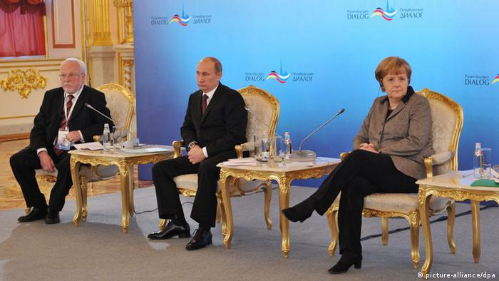 Merkel answers questions while sitting next to Putin in Sankt Petersburg, 2012 (picture-alliance/dpa)