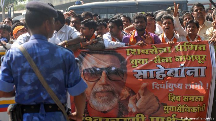Bal Thackeray Vorsitzende Shiv Sena Partei Anhänger (picture-alliance/dpa)