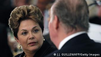 Dilma Rousseff (esq.) conversa com rei espanhol Juan Carlos em Cádiz