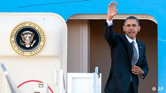 President Barack Obama waves as he boards Air Force One Photo:Cliff Owen/AP/dapd)