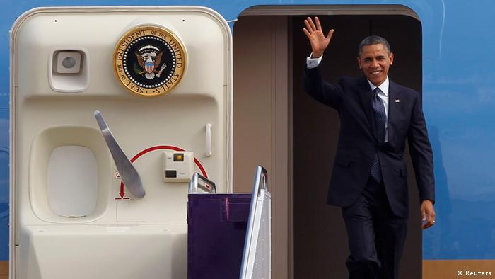 U.S. President Barack Obama waves to photographers as he arrives at Don Muang international airport in Bangkok November 18, 2012. Obama is on a two-day official visit to Thailand. REUTERS/Chaiwat Subprasom (THAILAND - Tags: POLITICS)