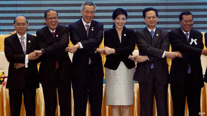 From left to right, Myanmar's President Thein Sein, Philippines' President Benigno Aquino III, Singapore's Prime Minister Lee Hsien Loong, Thailand's Prime Minister Yingluck Shinawatra, Vietnam's Prime Minister Nguyen Tan Dung, Cambodia's Prime Minister Hun Sen, pose for a photo after singing ceremony of adoption of the ASEAN Human Rights Declaration during the 21st Association of Southeast Asian Nations, or ASEAN Summit in Phnom Penh, Cambodia, Sunday, Nov. 18, 2012. (Foto:Vincent Thian/AP/dapd)