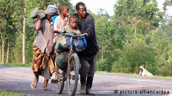 Família foge de confrontos entre rebeldes do M23 e forças congolesas nas proximidades de Goma, na semana passada