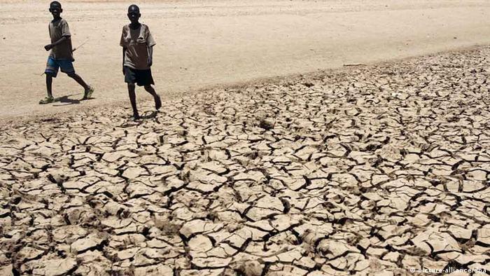 Ausgedörrter Boden in Afrika ( dpa - Bildfunk)