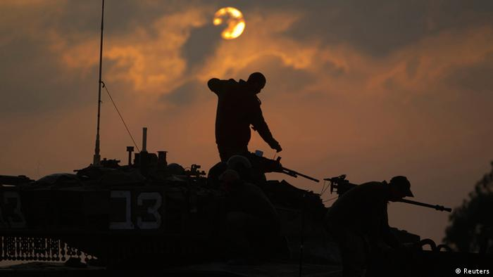 Israeli soldiers prepare a tank near Israel's border REUTERS/Ronen Zvulun (ISRAEL - Tags: POLITICS CIVIL UNREST MILITARY TPX IMAGES OF THE DAY)