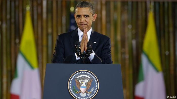 U.S. President Barack Obama puts his hands together after the conclusion of his speech at Yangon University?s Convocation Hall in Yangon, Myanmar, Monday, Nov. 19, 2012. In a historic trip to a long shunned land, Obama on Monday showered praise and promises of more U.S. help to Myanmar if the Asian nation keeps building its new democracy. Our goal is to sustain the momentum, he declared with pride as the first U.S. president to visit here. (Foto:Pablo Martinez Monsivais/AP/dapd)