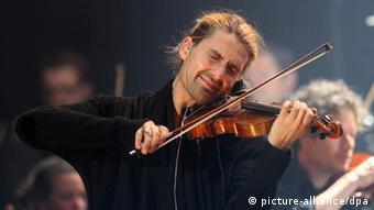 David Garrett spielt Geige vor einem Orchester (Foto: picture alliance/ dpa)