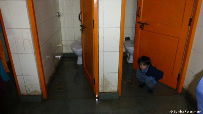 Mädchen benutzen die Toilette