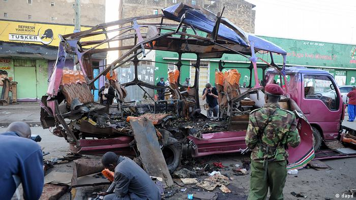 Scene of the blast on a bus in Nairobi, Kenya, Sunday, Nov. 18, 2012. A Kenya police official says that an explosion on the bus in Kenya's capital has killed and injured a number of people. (Foto:AP/dapd)
