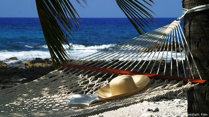Hammock and palm trees on a beach (Fotolia/K. Fitts)