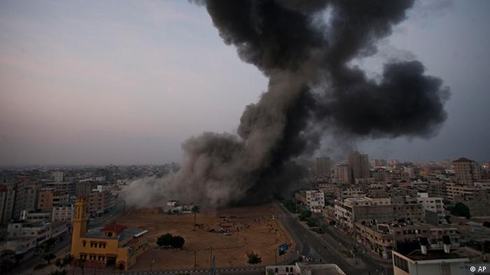 Smoke rises after an Israeli forces strike in Gaza City (Photo:Bernat Armangue/AP/dapd)