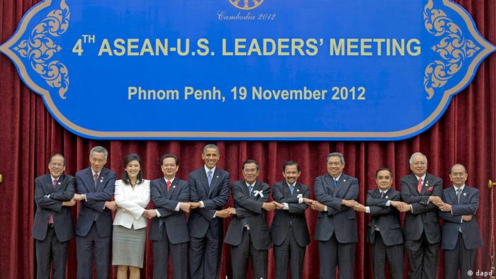 U.S. President Barack Obama, fifth from left, stands hand in hand with ASEAN leaders for a family photo during the ASEAN-U.S. leaders' meeting at the Peace Palace in Phnom Penh, Cambodia, Monday, Nov. 19, 2012. They are, from left, Philippines' President Benigno Aquino III, Singapore's Prime Minister Lee Hsien Loong, Thailand's Prime Minister Yingluck Shinawatra, Vietnam's Prime Minister Nguyen Tan Dung, Obama, Cambodia's Prime Minister Hun Sen, Brunei's Sultan Hassanal Bolkiah, Indonesia's President Susilo Bambang Yudhoyono, Laos Prime Minister Thongsing Thammavong, Malaysia's Prime Minister Najib Razak and Myanmar's President Thein Sein. (Foto:Carolyn Kaster/AP/dapd)