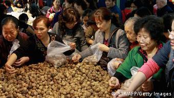 Käufer am Kartoffelstand auf chinesischem Markt (Foto: STR/AFP/Getty Images)