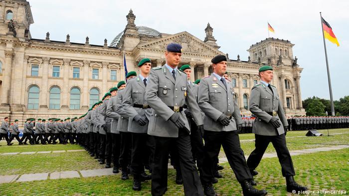 Немецкие солдаты перед зданием парламента