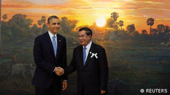 U.S. President Barack Obama (L) shakes hands with Cambodia's Prime Minister Hun Sen before the 4th ASEAN-U.S. leaders' meeting at the Peace Palace in Phnom Penh November 19, 2012. REUTERS/Damir Sagolj (CAMBODIA - Tags: POLITICS CIVIL UNREST)