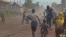 People flee as fighting erupts between the M23 rebels and Congolese army near the airport at Goma, Congo, Monday, Nov. 19, 2012. Rebels believed to be backed by Rwanda fired mortars and machine guns Monday in a village on the outskirts of the provincial capital of Goma and threatened to attack the city which is protected by ragtag Congolese government troops backed by United Nations peacekeepers. The gunfire and explosions erupted in the early afternoon, hours after the M23 rebels said they were halting fighting in order to negotiate with the government of Congo. (Foto:Melanie Gouby/AP/dapd).