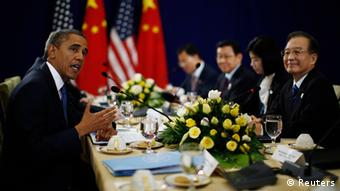 U.S. President Barack Obama (L) meets with Chinese Premier Wen Jiabao (R) at the East Asia Summit in Phnom Penh, November 20, 2012. REUTERS/Jason Reed (CAMBODIA - Tags: POLITICS)