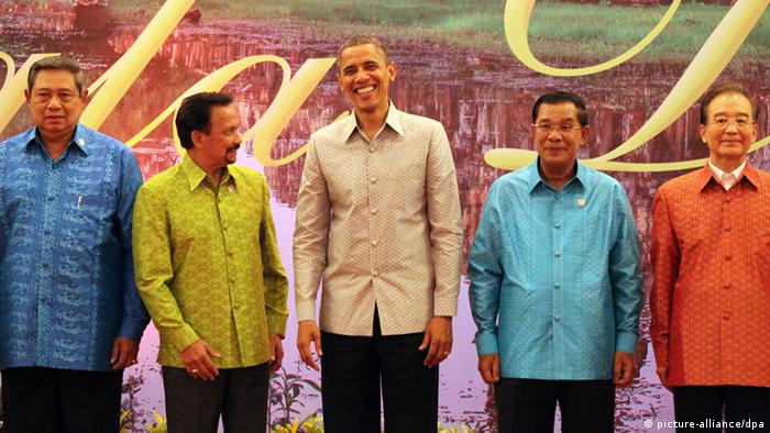 U.S. President Barack Obama, center, smiles as he joins a group photo with from left, Indonesia's President Susilo Bambang Yudhoyono, Brunei's Sultan Hassanal Bolkiah, Cambodia's Prime Minister Hun Sen and China's Prime Minister Wen Jiabao prior to a gala dinner in Phnom Penh, Cambodia, Monday, Nov. 19, 2012. Obama is in Cambodia on the final leg of his three-country tour of Southeast Asia. (AP Photo/Apichart Weerawong)