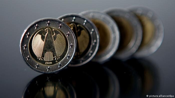 German 1-Euro coins, lined up in a row, (c) Oliver Berg dpa/lnw