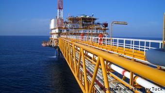 QatarGas drilling platform Copyright: picture alliance/Jay Tuck