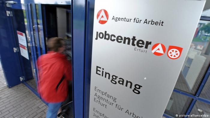 ARCHIV - Ein Kunde geht am 30.06.2011 in Erfurt durch die Tür des Jobcenters. Fast jeder dritte berufstätige Thüringer hat nur einen unsicheren Job. Der Anteil der Arbeitnehmer in Teilzeit, in Minijobs, Leiharbeit oder mit befristeten Arbeitsverträgen sei in den vergangenen Jahren kontinuierlich gestiegen, sagte der Chef der Landesarbeitsagentur, Senius, am Dienstag (27.09.2011) in Erfurt. Foto: Martin Schutt dpa/lth (zu lth 0986 vom 27.09.2011) +++(c) dpa - Bildfunk+++