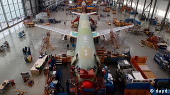 Сборка самолетов семейства A320 на заводе Airbus в Гамбурге