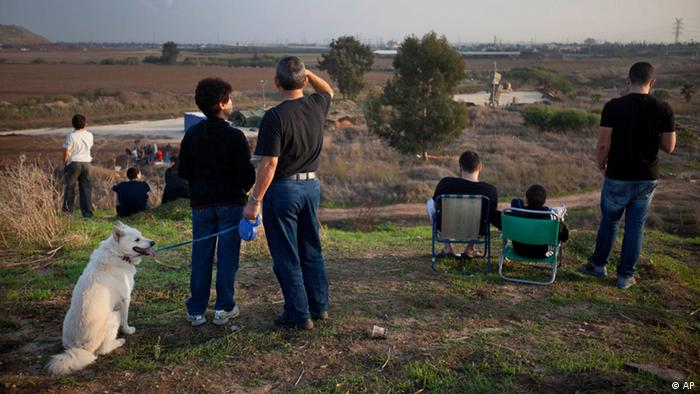 Israelis look at a military Iron Dome defense missile system, (Foto:Oded Balilty/AP/dapd)